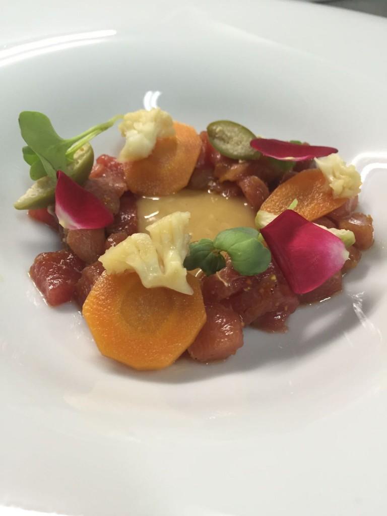 Tartar de lomo de atún con su escabeche y verduras encurtidas