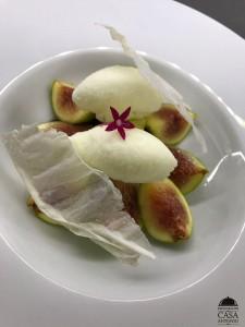 Higos con helado de yogurt de cabra y su crujiente láctico