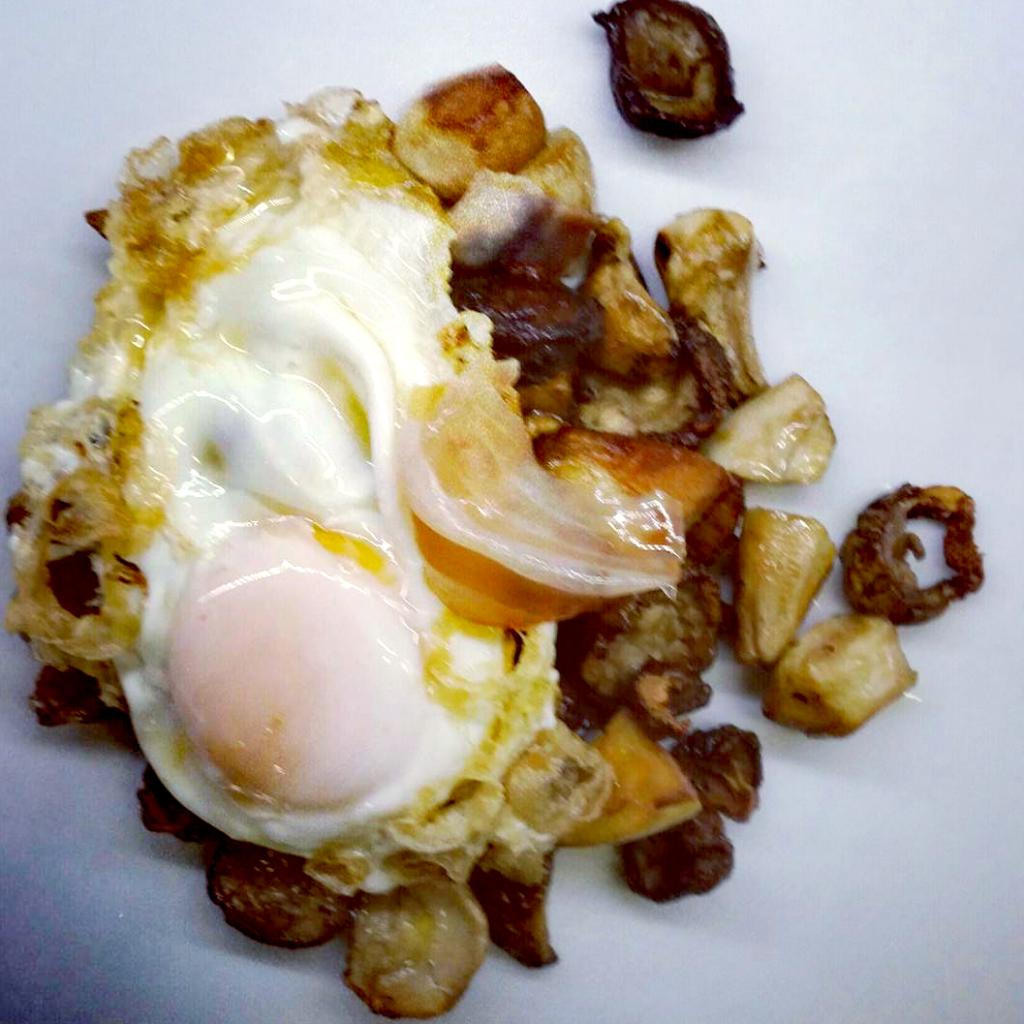 Boletus con huevo frito y tocineta